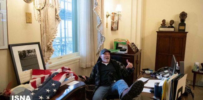 📸صندلی نانسی پلوسی، رییس مجمع نمایندگان آمریکا زیر پای هوادار ترامپ در «زمستان داغ» ایالات متحده